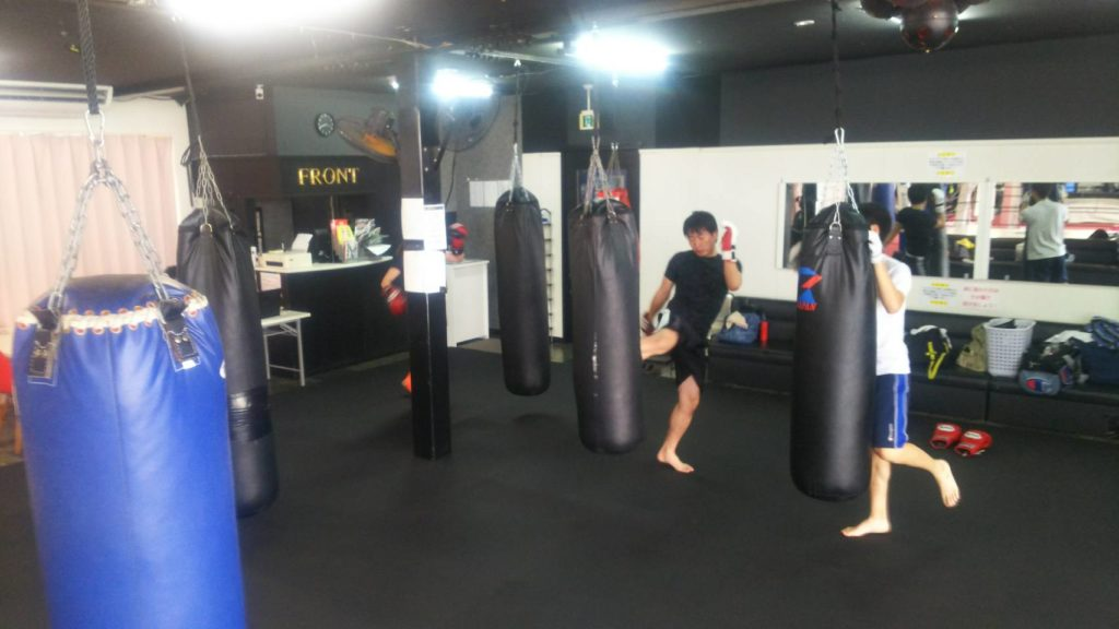 一般フロア練習風景 - キックボクシングジム