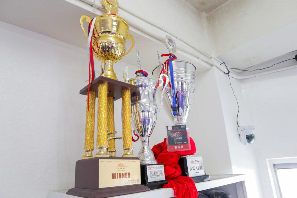 SHINE(那覇市・泊)のジム内にあるトロフィー - キックボクシングジム