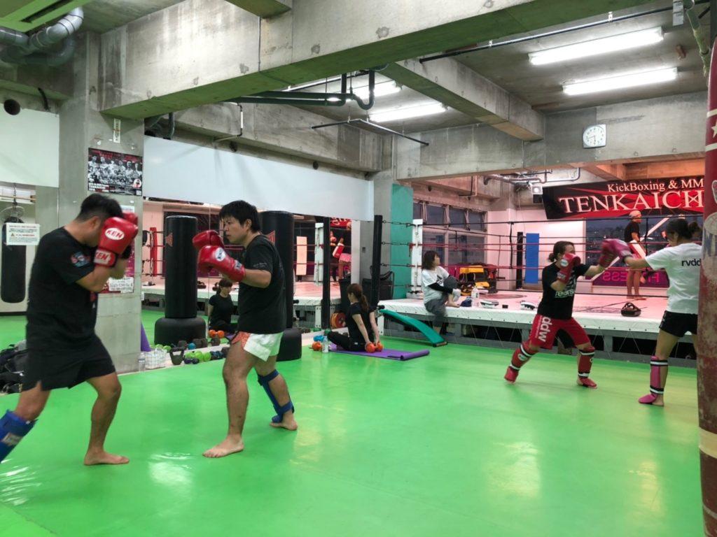 一般クラスの練習風景4 - キックボクシングジム